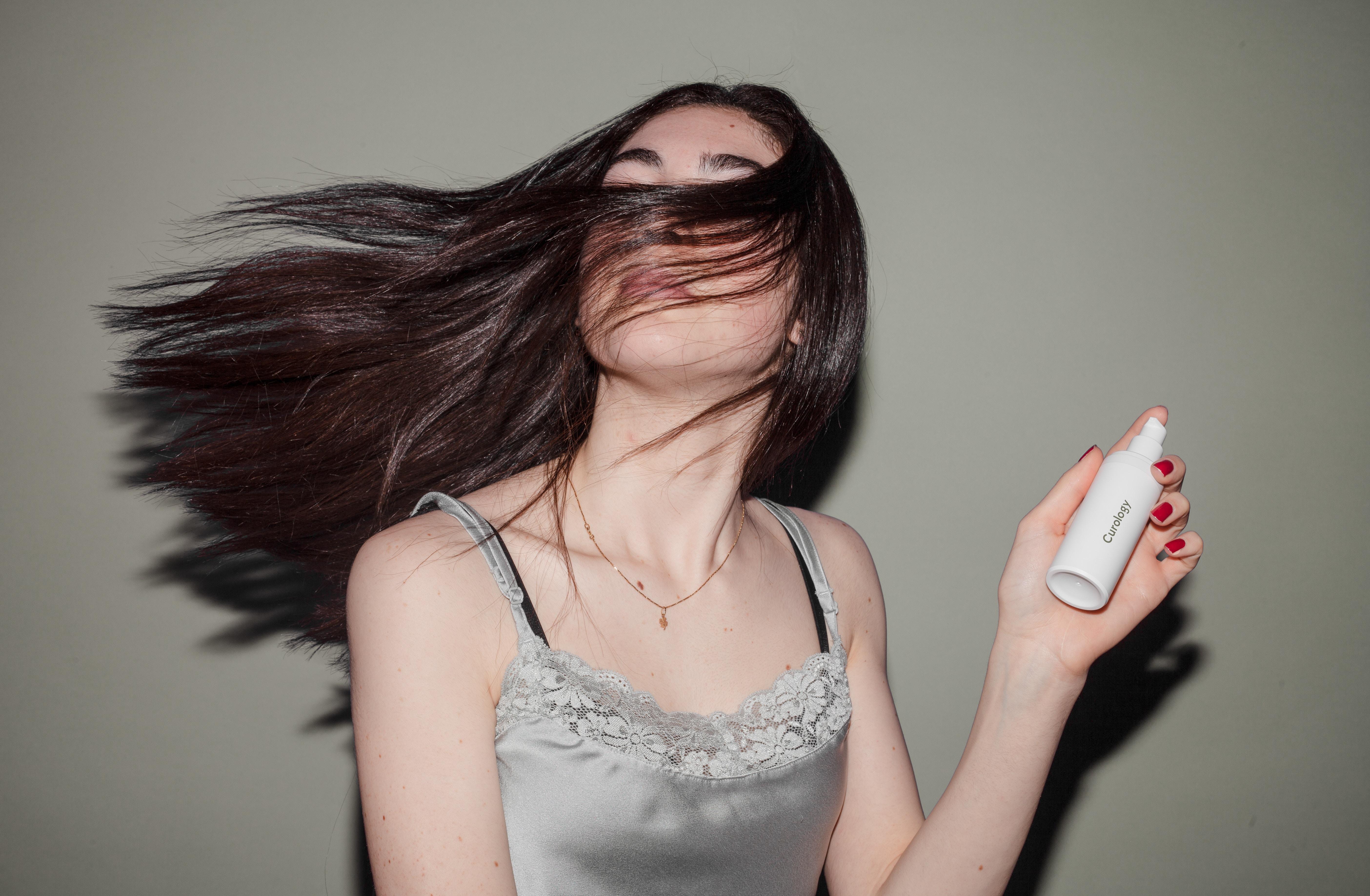 huile de coco en massage pour les cheveux