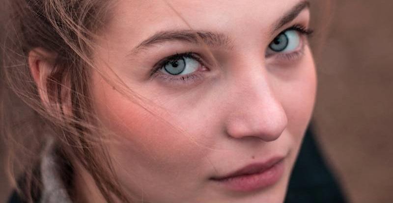 maquiller les yeux gris