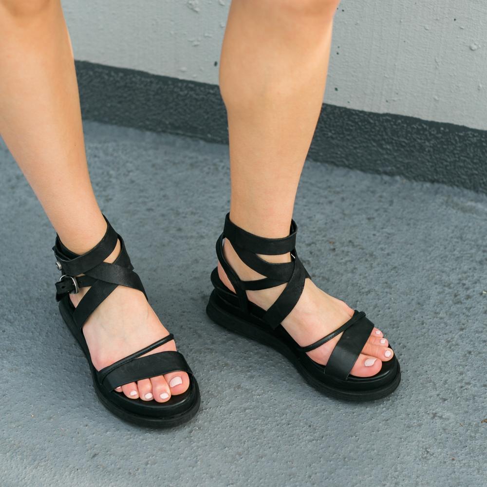 5 looks pour porter des sandales plates noires