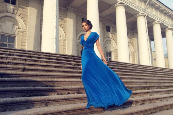 Comment porter la robe empire avec style