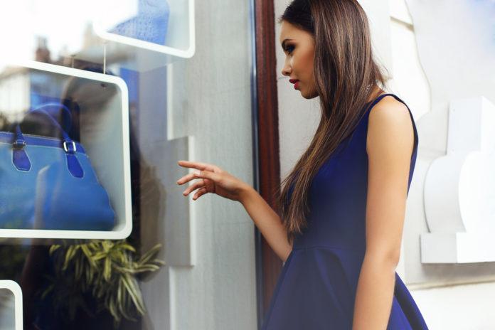 Comment porter la robe bleu marine