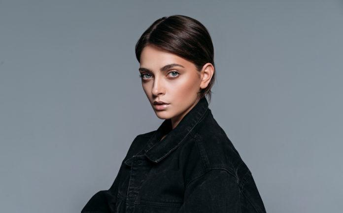 La veste en jean noire conseils et idées de look pour bien la porter